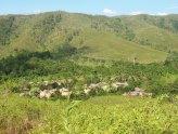 kampung yang dikelilingi bukit